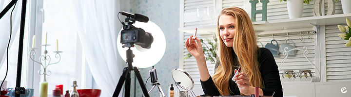 Influencer Live Streaming Makeup Product Tutorial